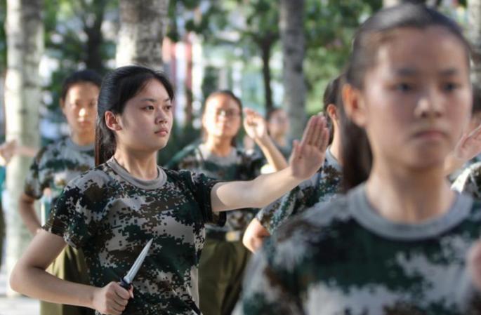 정저우대학 신입생 군사훈련, 女학생 단검 부대 등장