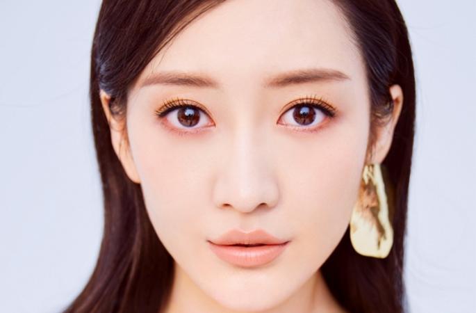 왕어우,최신 패션사진 공개, 맑고 매혹적인 눈빛