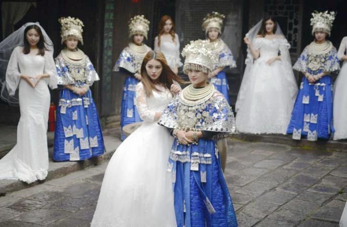 천년 역사의 봉황고성, 아름다운 묘족 '신부'들과의 만남