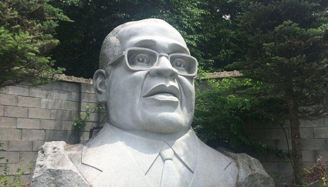 尷尬!韓國公園眾名人雕像讓人難辨認(組圖)