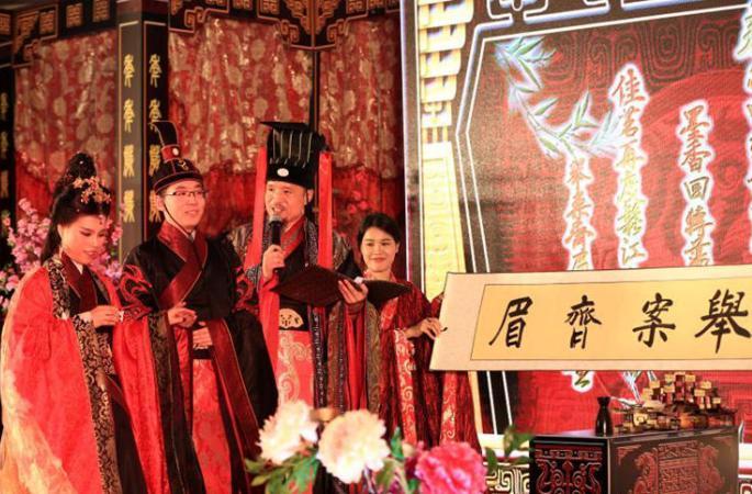 상하이에서 전통 혼례 재연, '복고' 열풍 부는 中 웨딩 업계