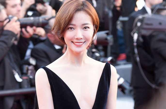 왕뤄단 칸 영화제의 개막식 레드 카펫 행사에 참석, 겸손하고도 화려함