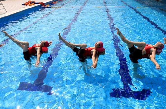 대단한 아줌마들! 수영장서 요가 하며 더위 해소...소녀에게 뒤지지 않는 우아한 자세