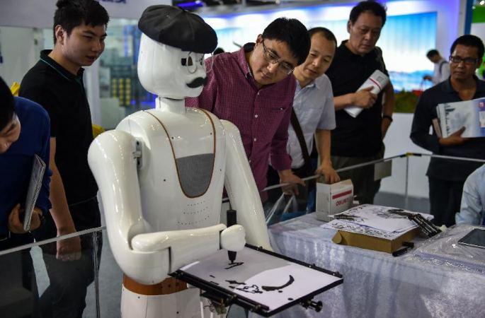 중국국제하이테크성과교역회 로봇들 '제각기 재간을 드러내'