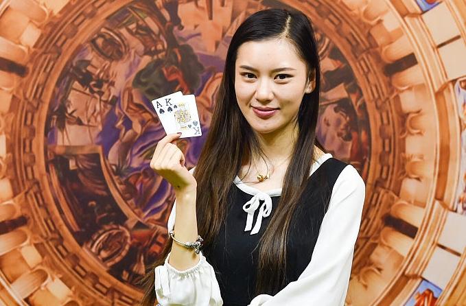 20살 여대생 '텍사스 홀덤 포커'서 우승…카드 셔플 기술에 미모 겸비