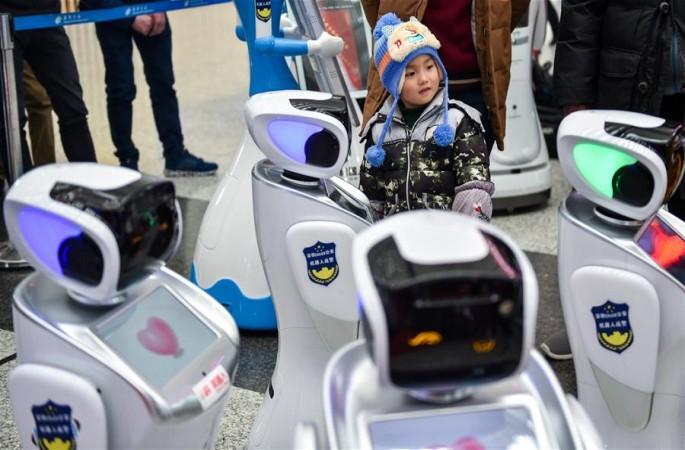 로봇 경찰 편대, 선전 북역에 등장