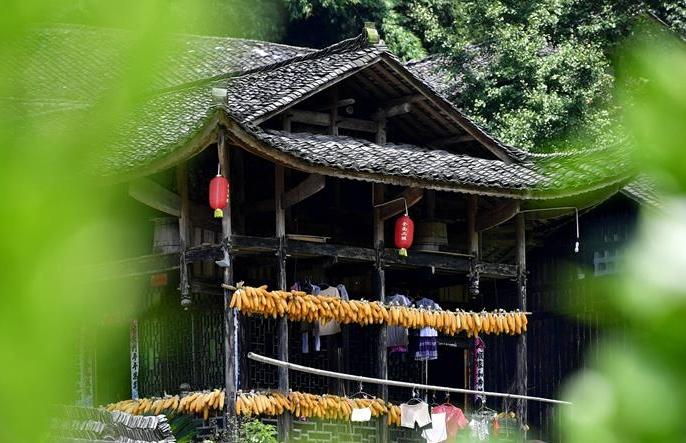 후베이 언스: 고상가옥에 널린 추수 농작물